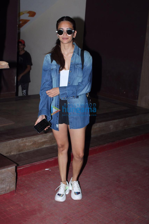 Photos Kriti Kharbanda snapped in Andheri (1)