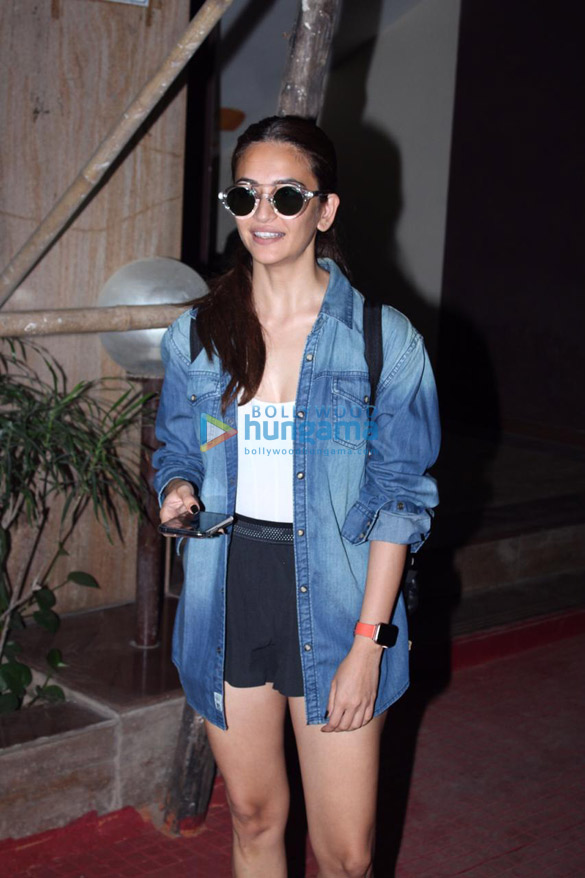 Photos Kriti Kharbanda snapped in Andheri (3)