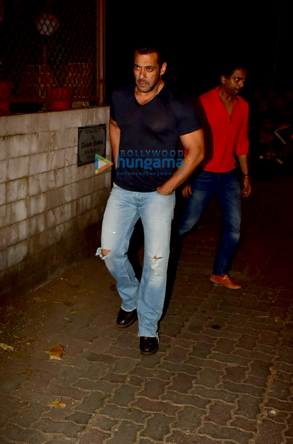 Photos Salman Khan spotted at a recording studio in Bandra (2)