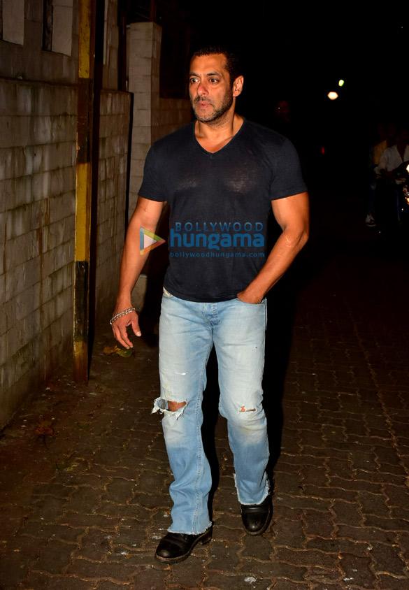 Photos Salman Khan spotted at a recording studio in Bandra (6)