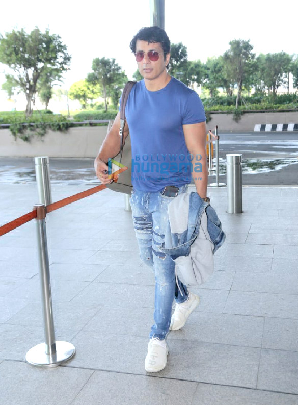 Photos Sonal Chauhan, Sonu Sood, Krishna Abhishek and Kashmira Shah snapped at the airport (2)