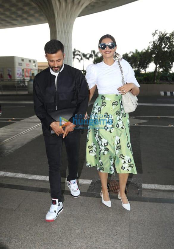 Photos Sonam Kapoor Ahuja and Anand Ahuja snapped at the airport (1)