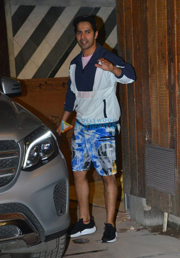 Photos Varun Dhawan snapped at gym in Juhu (2)