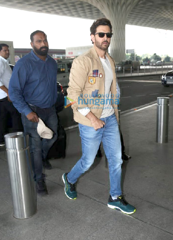 Photos Hrithik Roshan, Mouni Roy and Vicky Kaushal snapped at the airport (1)