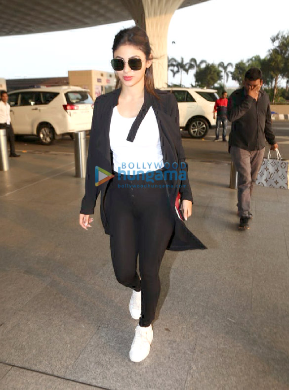 Photos Hrithik Roshan, Mouni Roy and Vicky Kaushal snapped at the airport (2)