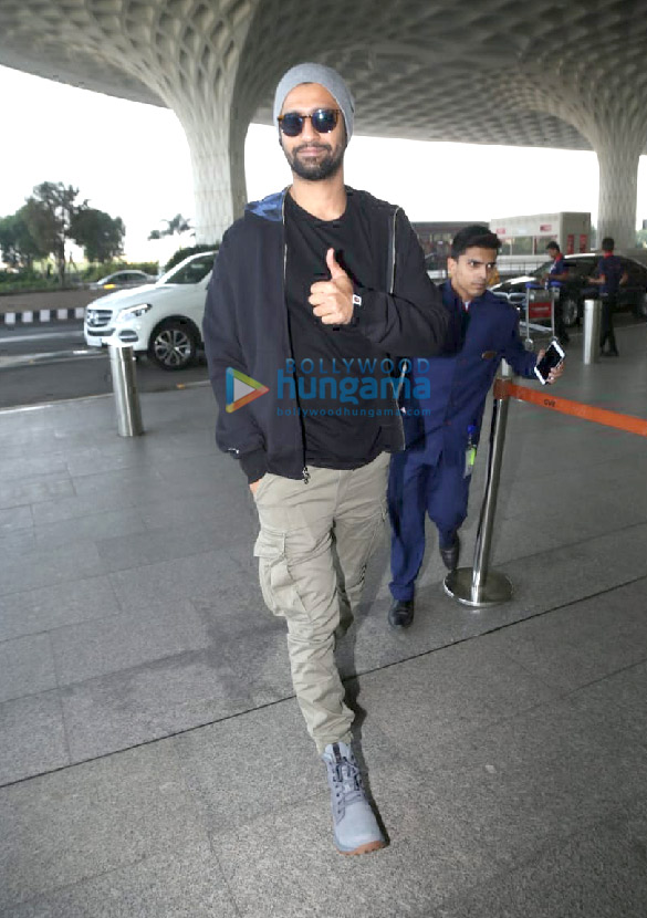 Photos Hrithik Roshan, Mouni Roy and Vicky Kaushal snapped at the airport (3)