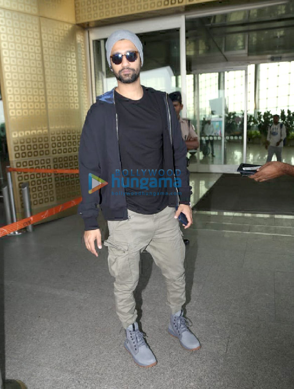 Photos Hrithik Roshan, Mouni Roy and Vicky Kaushal snapped at the airport (5)