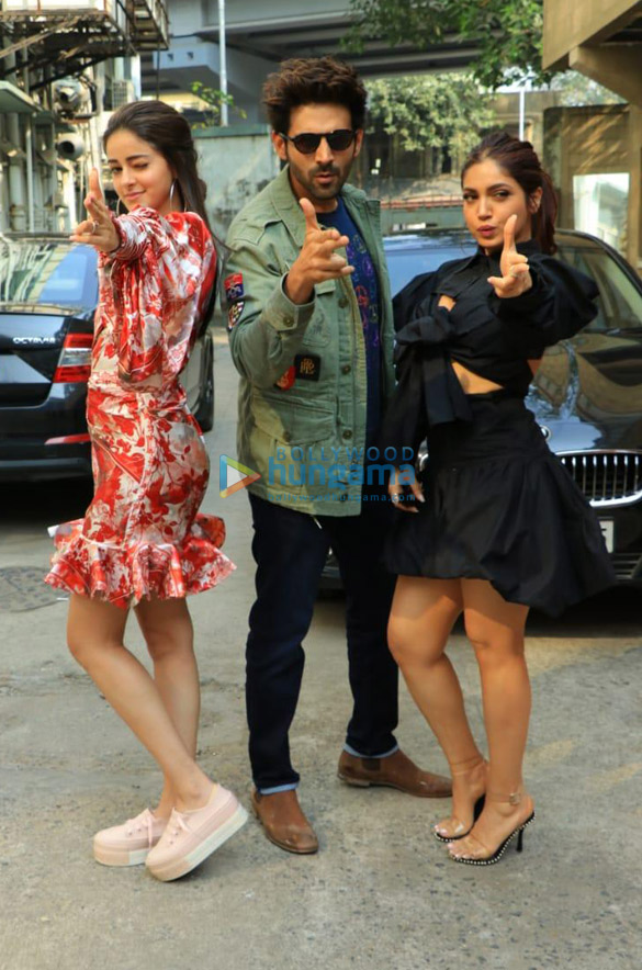 Photos Kartik Aaryan, Bhumi Pednekar and Ananya Panday snapped promoting their film Pati Patni Aur Woh at the Fever 104 FM office-01 (1 (2)