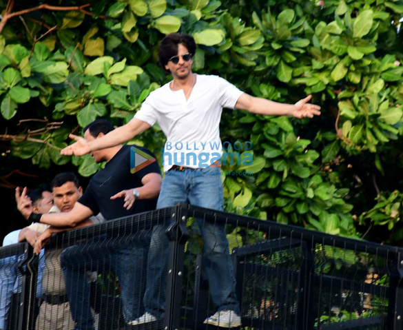 Photos Shah Rukh Khan greets the fans on his 54th birthday at Mannat, Bandra (2)