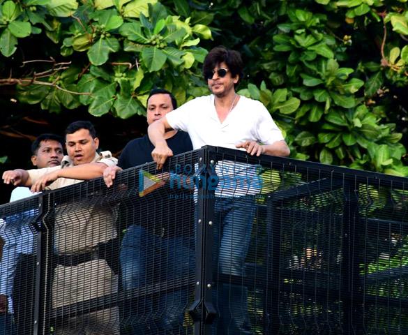 Photos Shah Rukh Khan greets the fans on his 54th birthday at Mannat, Bandra (3)