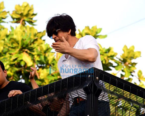 Photos Shah Rukh Khan greets the fans on his 54th birthday at Mannat, Bandra (5)