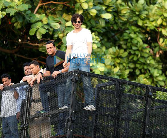Photos Shah Rukh Khan greets the fans on his 54th birthday at Mannat, Bandra (8)
