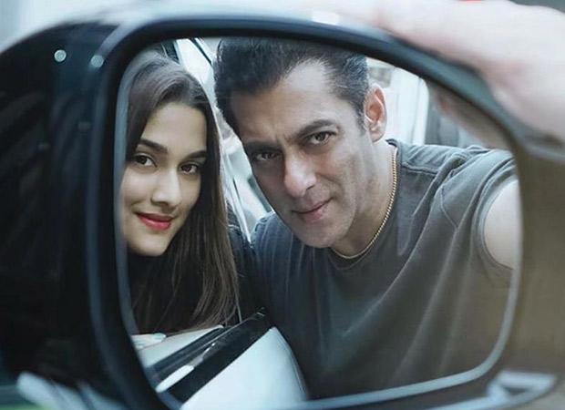 Salman Khan and Saiee Manjrekar strike a pose with this rare rear-view mirror selfie!