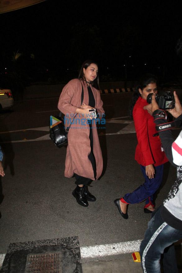 Photos Akshay Kumar, Sonakshi Sinha, Huma Qureshi and Aparshakti Khurana snapped at the airport (2)
