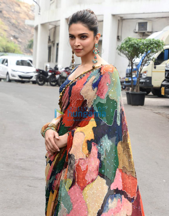 Photos Deepika Padukone snapped on the sets of Indian Idol (5)