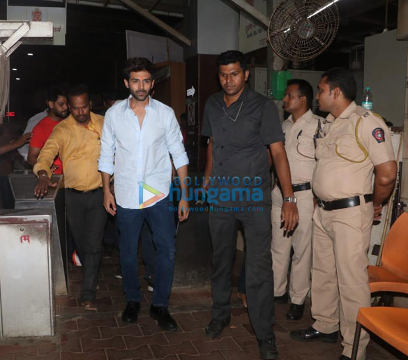 Photos Kartik Aaryan snapped visiting Siddhivinayak temple (5)