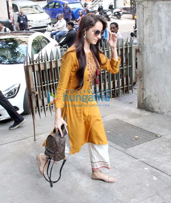 Photos Nora Fatehi snapped in Bandra (2)