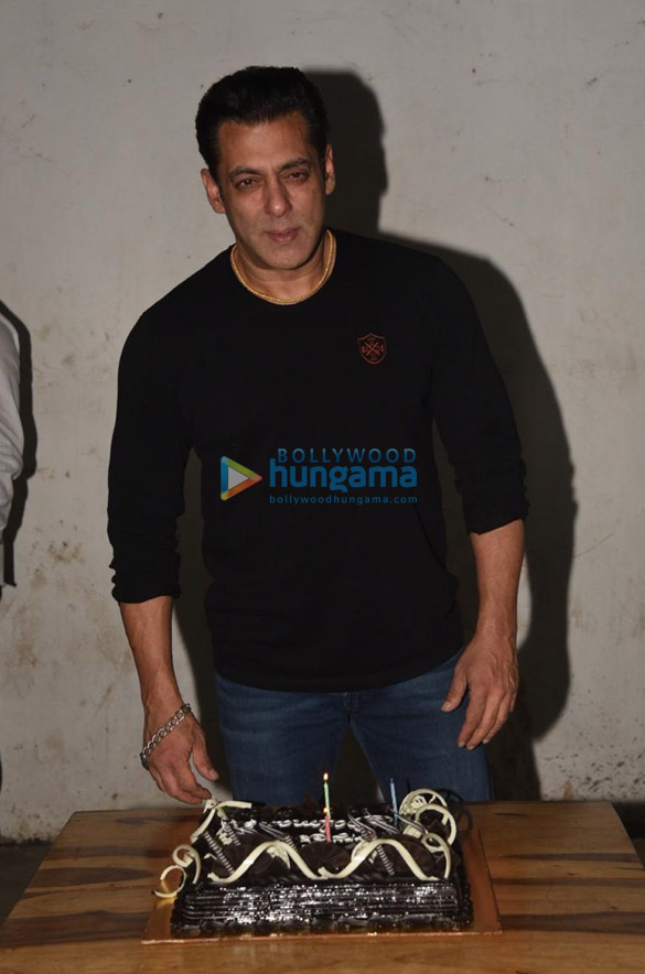 Photos Salman Khan celebrates his birthday with media (1)