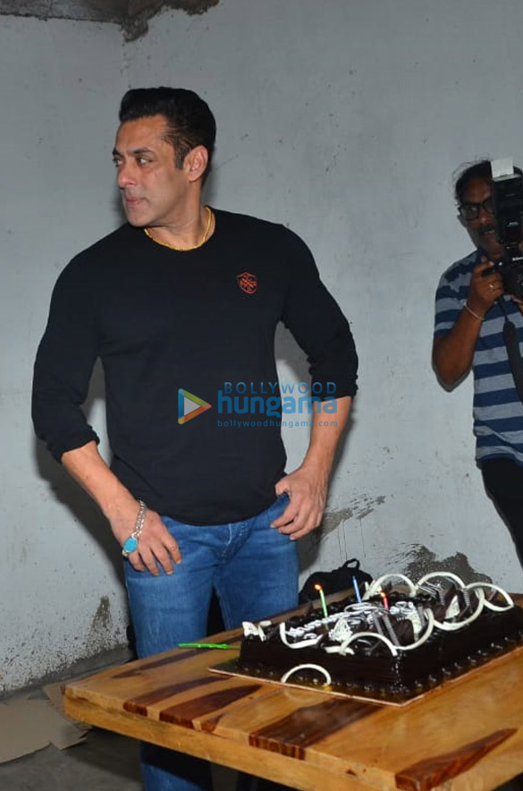Photos Salman Khan celebrates his birthday with media (2)