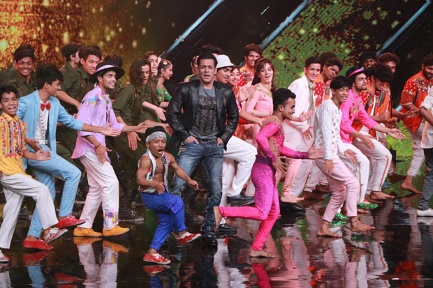 Salman Khan recreates 'O O Jaane Jaana' and 'Jeene Ke Hain Chaar Din' and it is nostalgic (watch video)