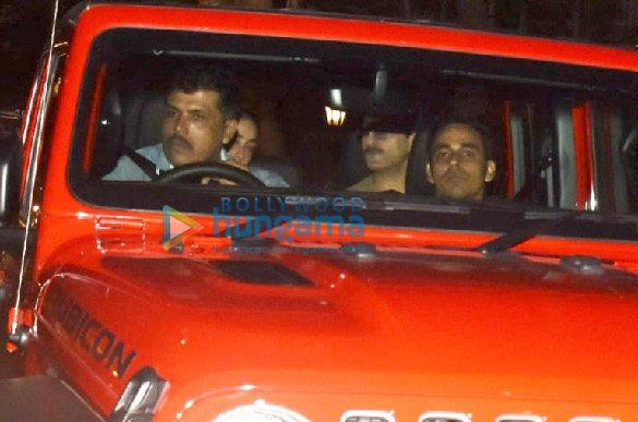 Photos Saif Ali Khan and Kareena Kapoor Khan snapped in their new car in Bandra (1)