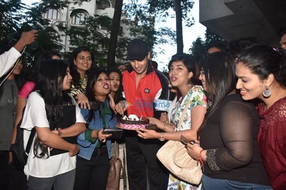 Photos Sidharth Malhotra celebrates his birthday with fans (3)