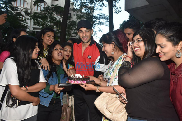 Photos Sidharth Malhotra celebrates his birthday with fans (4)