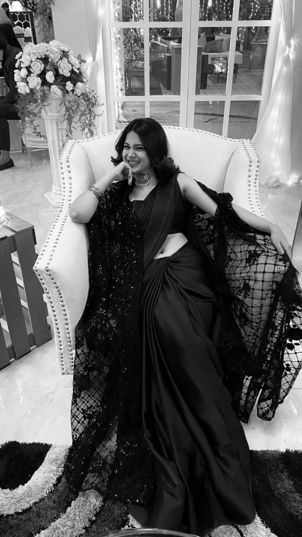 Beyhadh 2: Jennifer Winget couldn't get cuter as she is all smiles while chills on the set