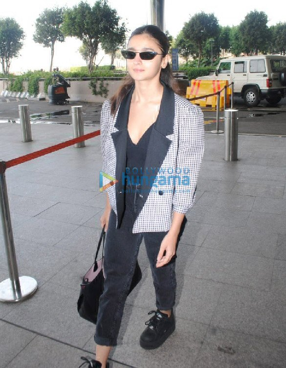 Photos Alia Bhatt, Ananya Panday, Mouni Roy and others snapped at the airport (2)