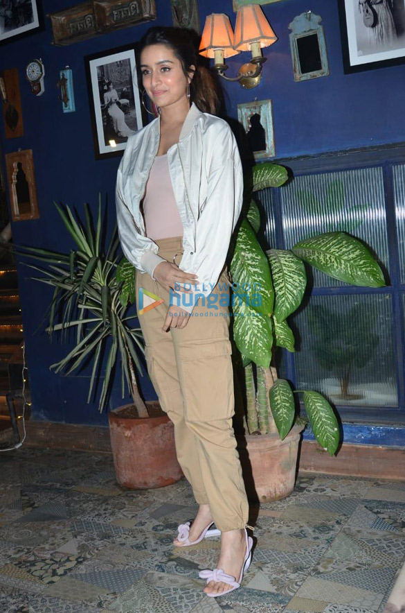 Photos Shraddha Kapoor, Padmini Kolhapure and others snapped at a restaurant in Juhu (2)