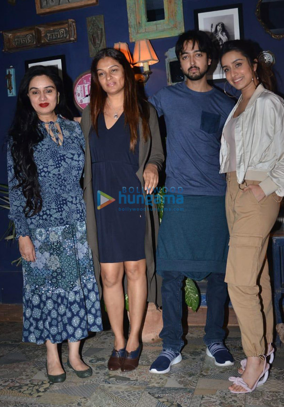 Photos Shraddha Kapoor, Padmini Kolhapure and others snapped at a restaurant in Juhu (3)