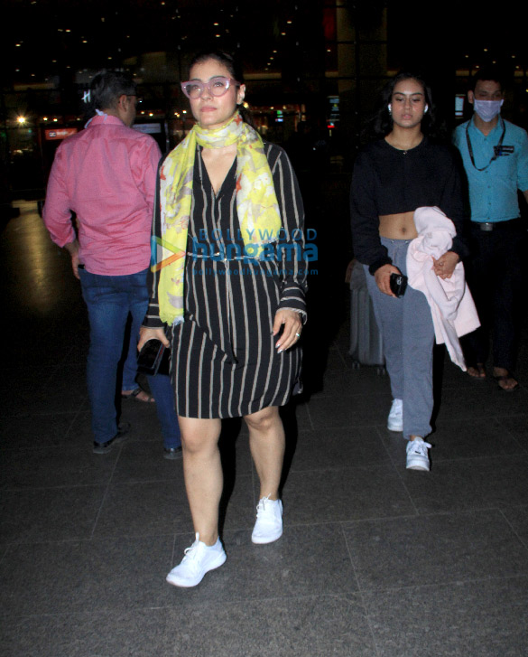 Photos Kajol snapped with daughter Nysa Devgn at the airport (1)