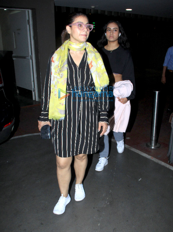 Photos Kajol snapped with daughter Nysa Devgn at the airport (5)