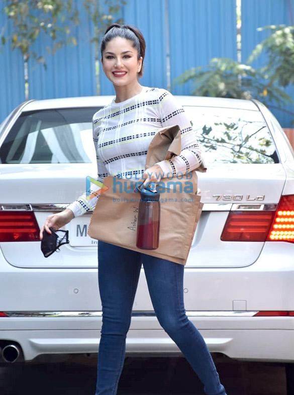 Photos Sunny Leone snapped in Juhu (4)