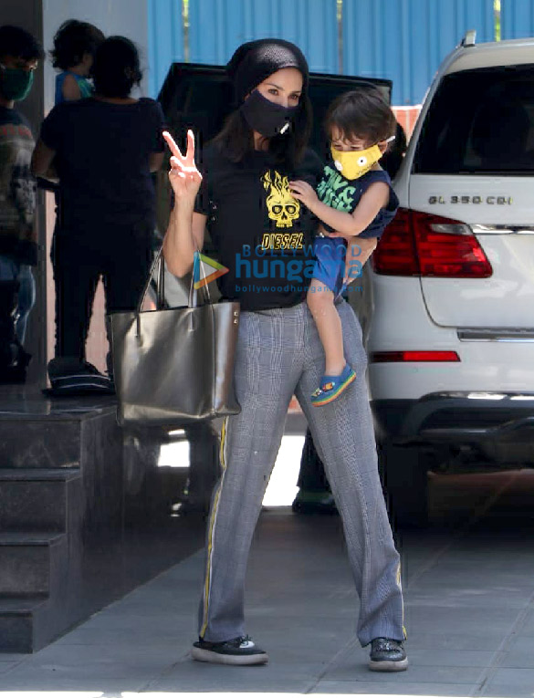 Photos Sunny Leone snapped with her kids at play school in Juhu (2)