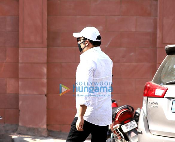 Photos Actor Irrfan Khan's last rites take place in Mumbai (4)