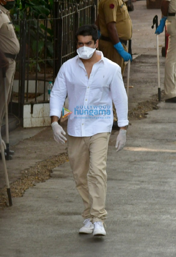Photos Celebs attend Rishi Kapoor's funeral (1)