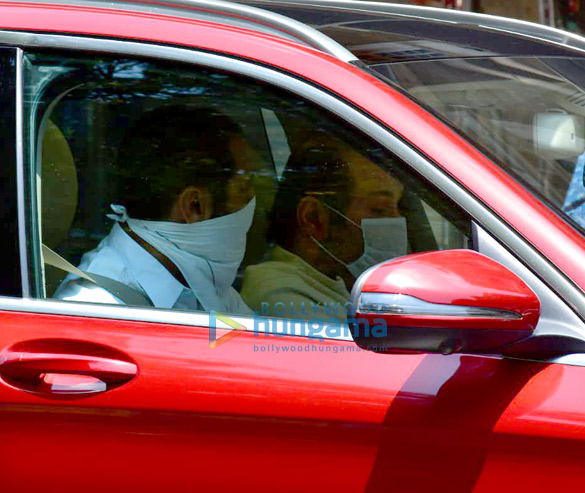 Photos Celebs pay last respects to Rishi Kapoor (3)