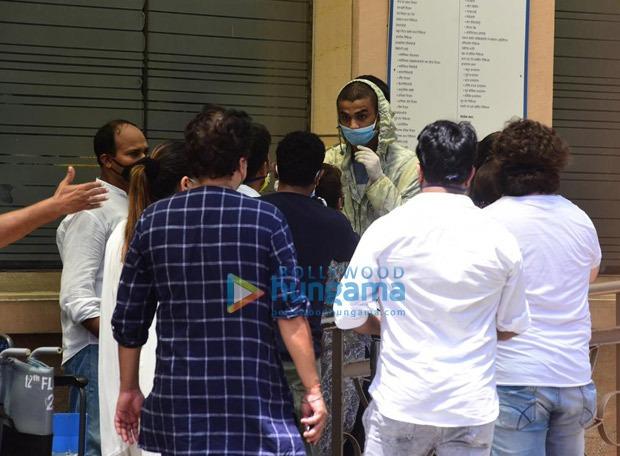 Irrfan Khan's final rites happen in Mumbai : Bollywood Information 21