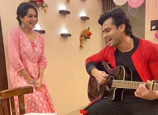 Shoaib Ibrahim croons 'Maine Pucha Chaand Se' for Dipika Kakar and she can't stop blushing