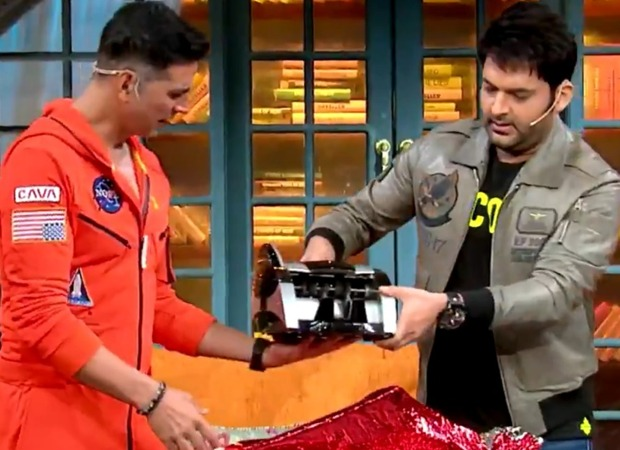 Kapil Sharma gifts Akshay Kumar a money counting machine; actor says that it is from Kapil's house