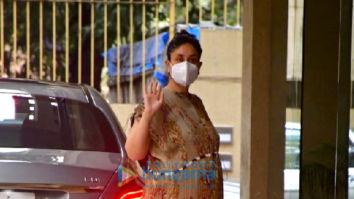 Photos: Kareena Kapoor Khan spotted at Karisma Kapoor's house