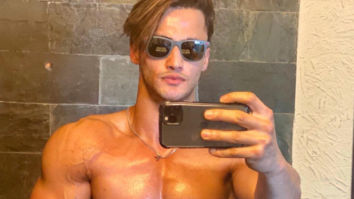 Asim Riaz flaunts his abs in his latest shirtless mirror selfie