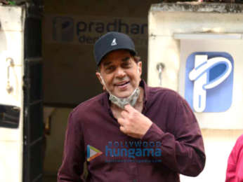 Photos: Dharmendra snapped at a dental clinic in Juhu