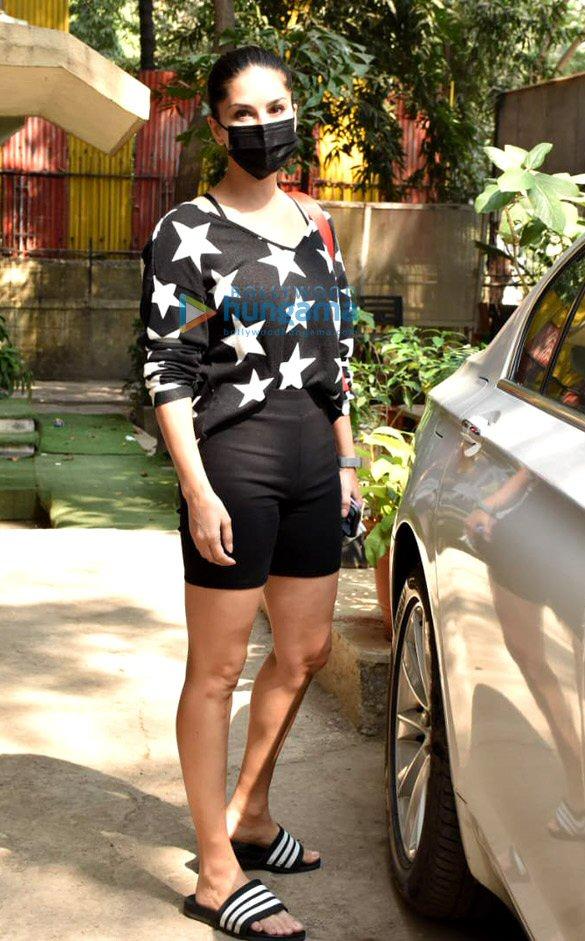 Photos Sunny Leone snapped at Kromakay salon in Juhu (2)