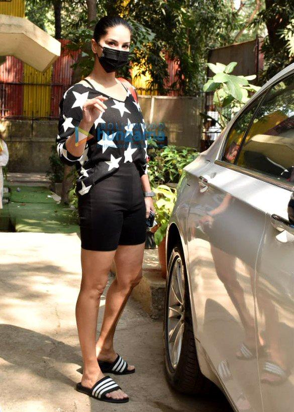 Photos Sunny Leone snapped at Kromakay salon in Juhu (4)