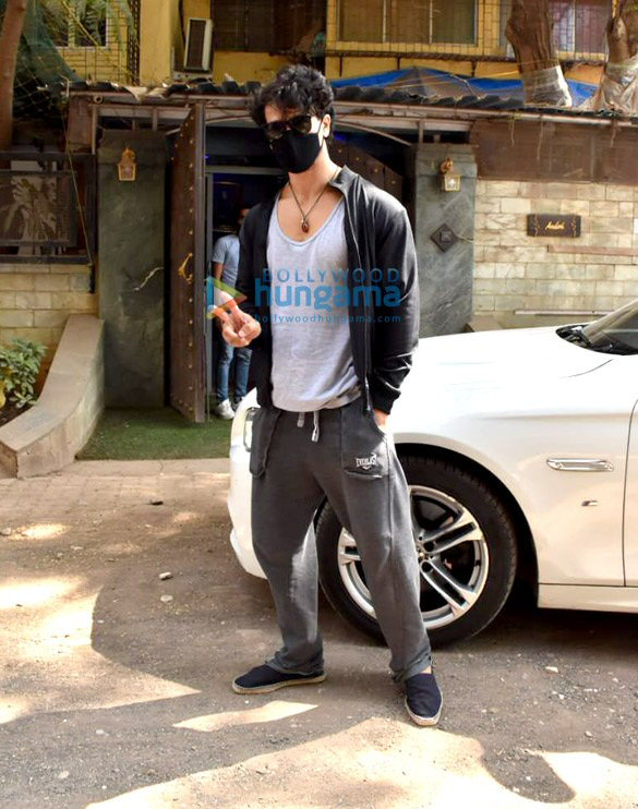 Photos Tiger Shroff snapped at dubbing studio in Juhu (1)