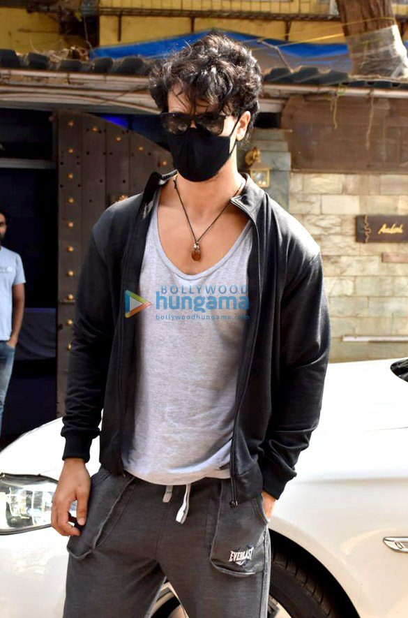 Photos Tiger Shroff snapped at dubbing studio in Juhu (2)