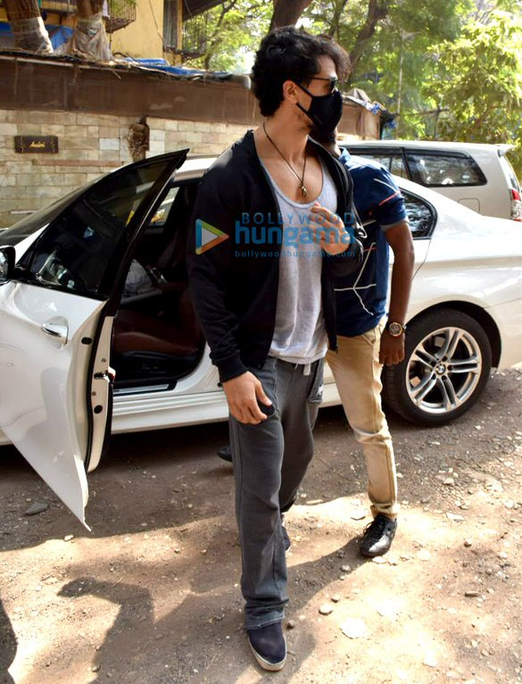 Photos Tiger Shroff snapped at dubbing studio in Juhu (4)