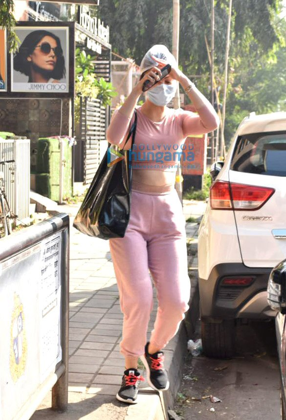 Photos Urvashi Rautela snapped in Juhu (1)